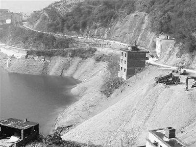 无证开矿污染环境 废弃渣土倒入长江