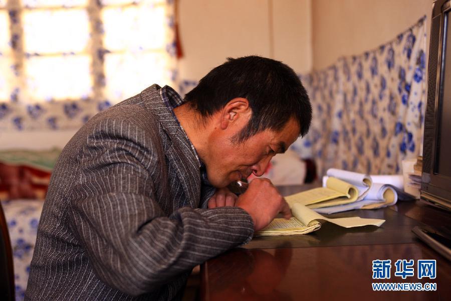 李永年/学生们跟着李老师学习汉字笔顺(4月29日摄)。因为学生较少且...