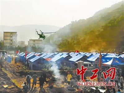 7日,志愿者在云南鲁甸地震的震中鲁甸县龙头山镇灰街子安置点做图片