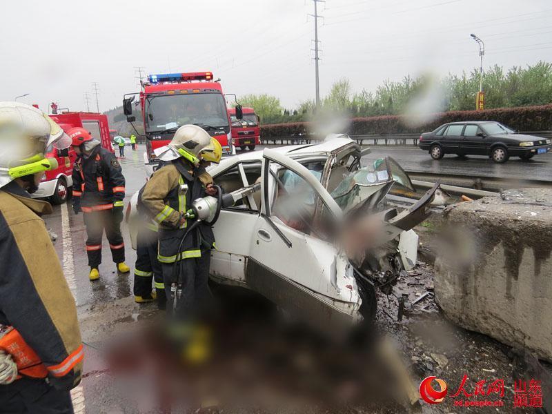 济南发生惨烈车祸 车上怀孕女子胎儿被挤出并死亡()