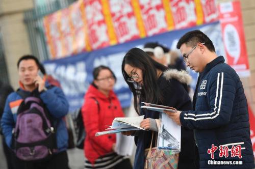 资料图:2016年11月27日,山西太原,参加2017年中国国家公务员考试的考生在考前紧张复习。<a target='_blank'  data-cke-saved-href='http://www.chinanews.com/' href='http://www.chinanews.com/'></table>中新社</a>记者 韦亮 摄
