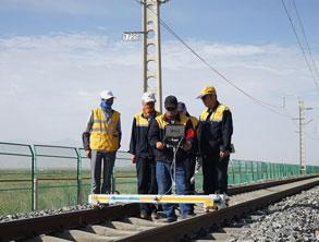 """""""天路""""的堅守:探訪青藏鐵路養護工"""