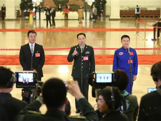 多位十九大代表在黨代表通道接受採訪