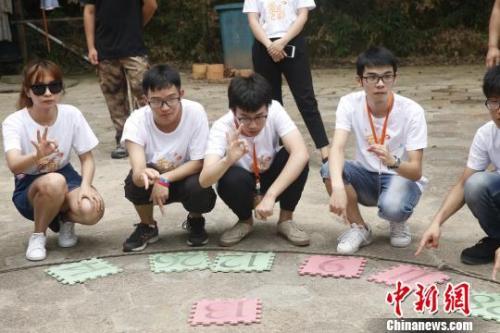 資料圖:台灣高校學生湖南石燕湖參加拓展訓練。 唐哲威 攝
