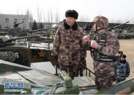 1月3日,中共中央總書記、國家主席、中央軍委主席習近平視察中部戰區陸軍某師。這是習近平登上99A坦克,詳細了解裝備戰技性能。