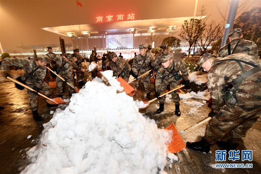 兵在南京南站北广场扫雪除冰.-解放军出动官兵万余人次驰援苏皖扫图片