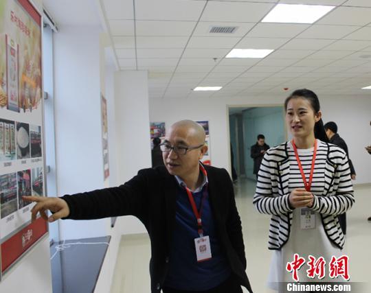 中國最大的農村電商平台——樂村淘的創始人趙士權正在介紹企業發展曆程。受訪者供圖