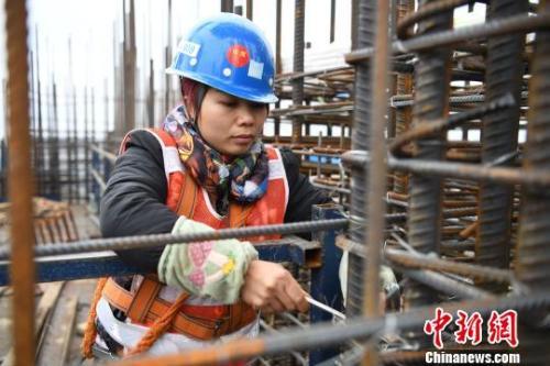 資料圖:女性農民工在工地上。