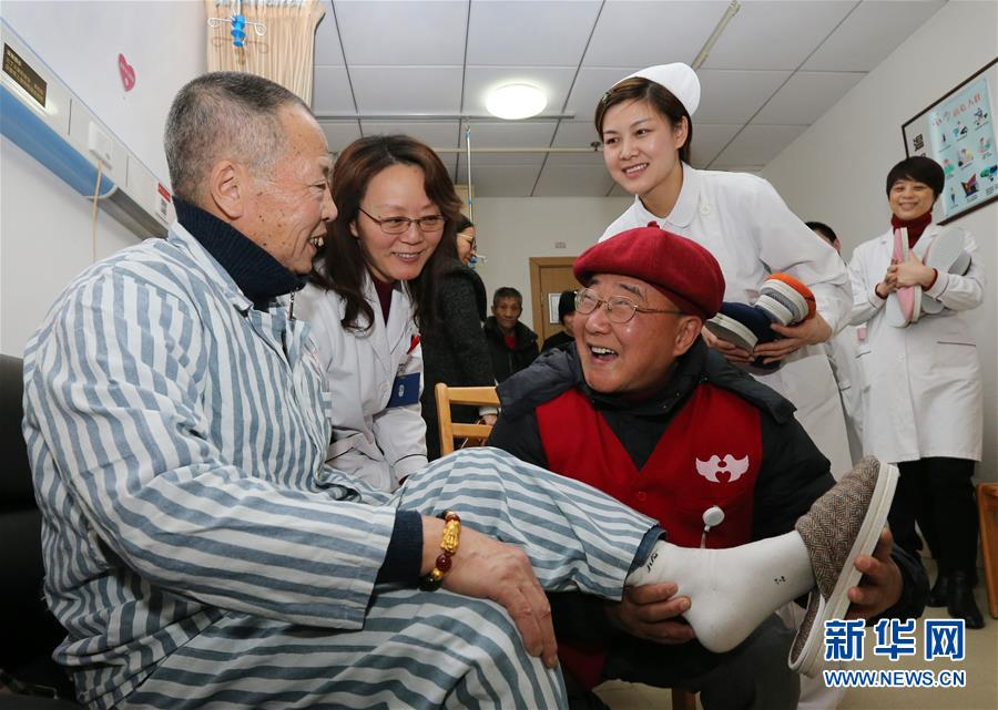 (圖文互動)(2)十年如一日 七旬義工自製棉鞋送患者