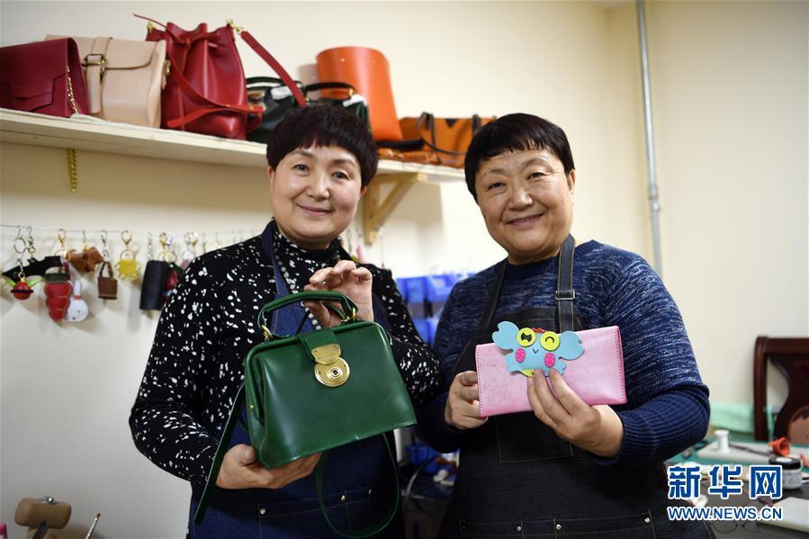 """(社會)(1)年過半百再啟程 蘭州兩姐妹轉身""""時尚創客"""""""