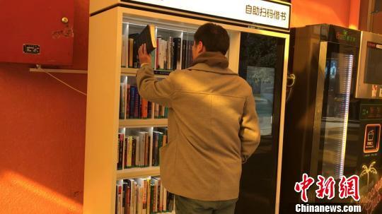 一名讀者正在歸還所借閱的圖書。 王子濤 攝