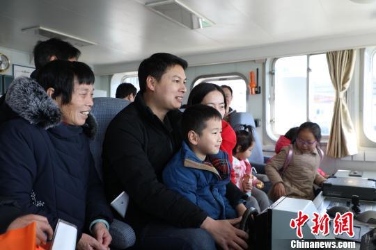 圖為小朋友在艦艇駕駛台體驗操舵航行。 洪晨暉 攝