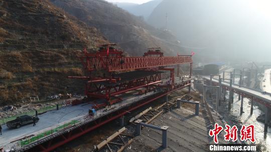 建設中的汶馬高速,架橋機正在架橋。 付渝 攝