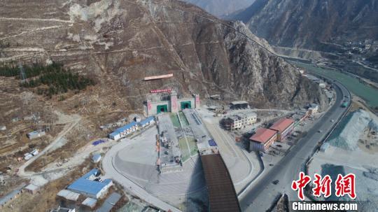 建設中的汶馬高速橋隧比高達86%。 付渝 攝
