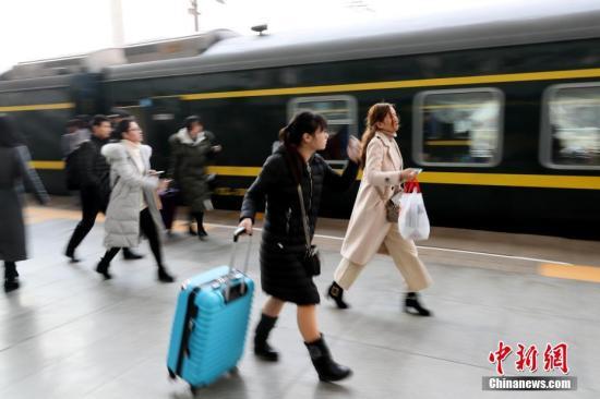 2月14日,正值春运高峰,旅客在站台上脚步匆匆。 <a target='_blank' href='http://www.chinanews.com.lyy180.com/'>中新社</a>记者 王中举 摄