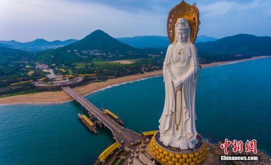 10月25日,航拍海南省三亞市南山景區108米海上觀音像,這座觀音聖像於2005年建成,一體三面,構思精妙,莊嚴精美,在夕陽的映照下十分壯觀。 駱雲飛 攝