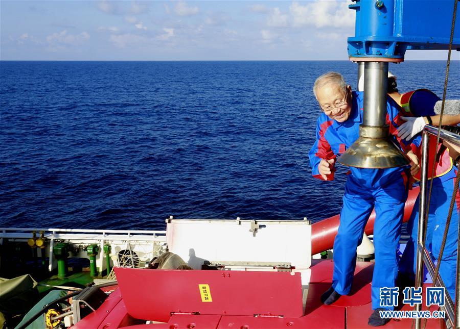 """(圖文互動)(1)""""深海勇士""""號迄今年齡最大乘客:82歲汪品先院士在南海下潛獲重要發現"""