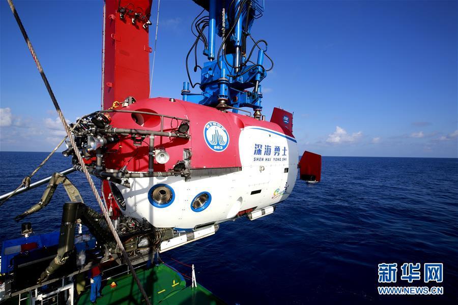 """(圖文互動)(2)""""深海勇士""""號迄今年齡最大乘客:82歲汪品先院士在南海下潛獲重要發現"""
