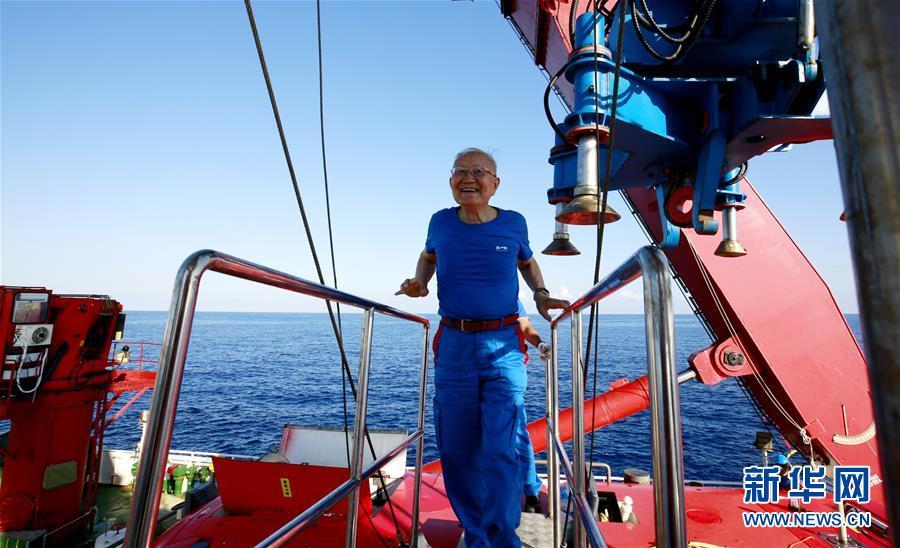 """(圖文互動)(3)""""深海勇士""""號迄今年齡最大乘客:82歲汪品先院士在南海下潛獲重要發現"""
