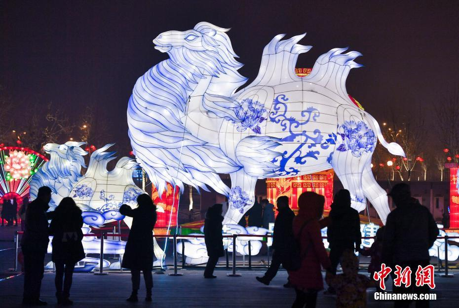 乌鲁木齐璀璨花灯展吸引民众