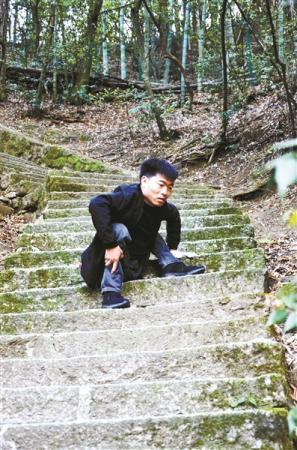 蹲着走路的大学生李创业毕业啦 打算边工作边考研(图)