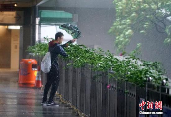 """受台风""""丹娜丝""""影响 香港高温闷热空气污染严重(图)"""