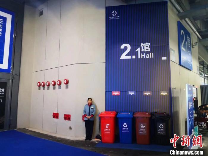 进博会中外展商等上海体验垃圾分类新时尚(图)