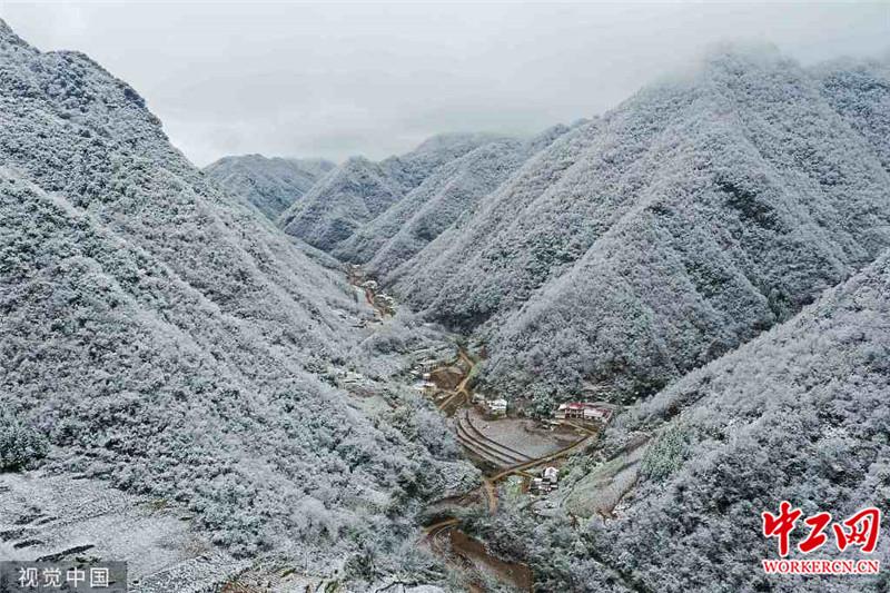 湖北襄阳:保康迎来降雪天气 雪后山村美如画