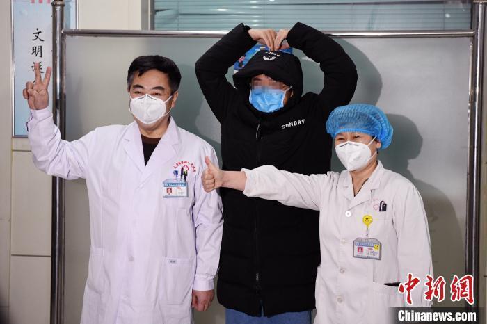 中国多地报告新型肺炎确诊患者首例治愈者出院(图)